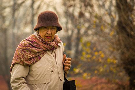 Mujer con bufanda y gorro