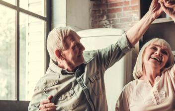 pareja mayor celebrando la fecha de jubilación