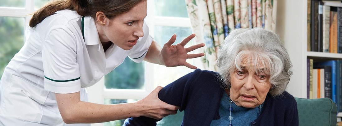 Mujer increpando a una mujer mayor