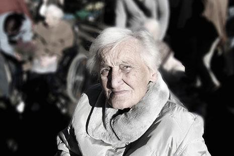Primer plano de una mujer mayor