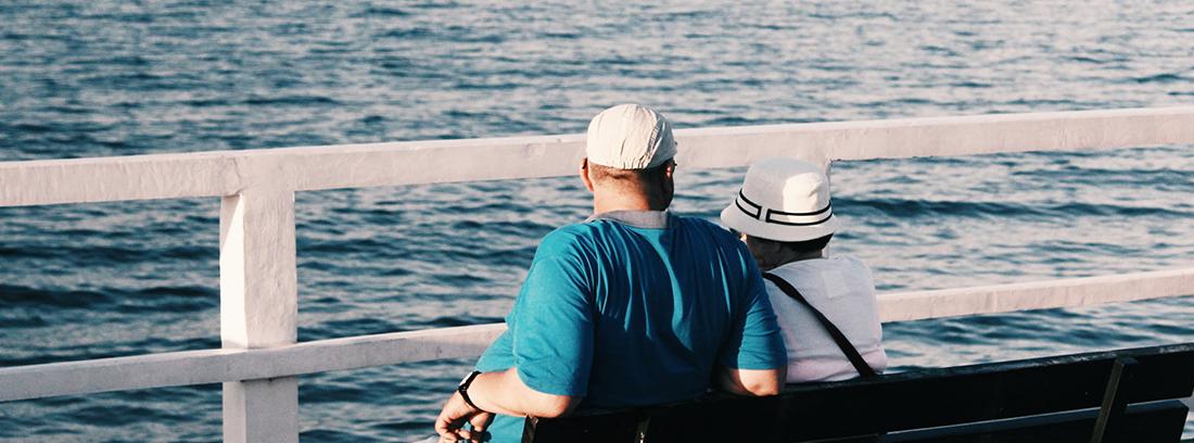 jubilados disfrutando del verano y de la paga extra de verano de los pensionistas