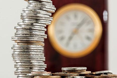 Columna de monedas y reloj