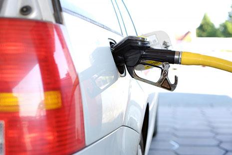 Manguera de carburante conectada a un vehículo
