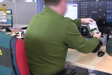 Silla con un chaleco donde se lee guardia civil con una persona sentada