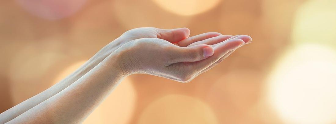 mano cerrada con las palmas hacia arriba