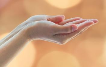 Manos con las palmas hacia arriba