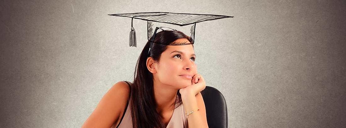 Una joven pensativa rodeada de libros abiertos. Sobre su cabeza tiene dibujado un birrete