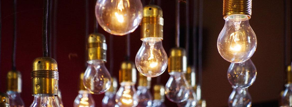 muchas bombillas iluminadas