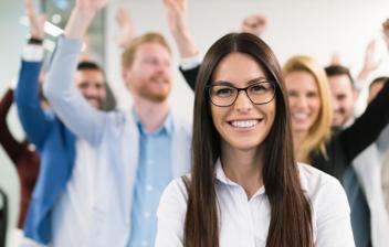 grupo de estudiantes felices y con las manos levantadas
