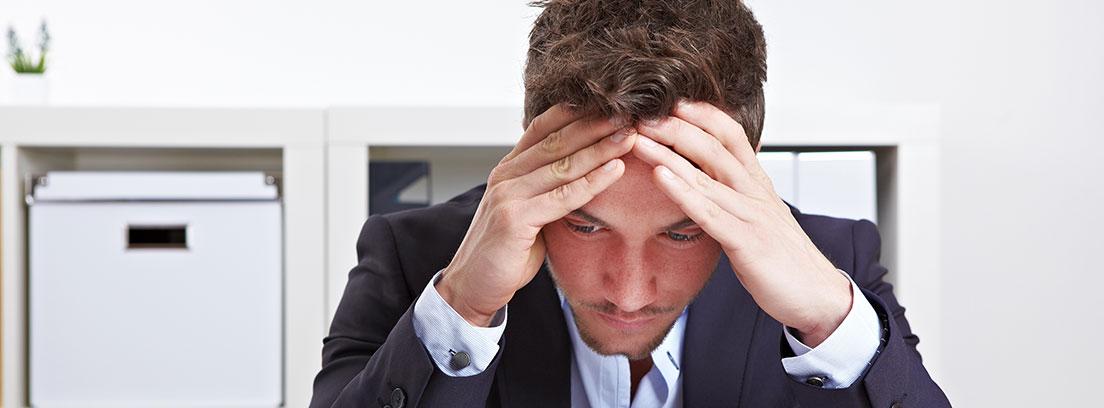 Persona con las manos en la cabeza y cara de estrés