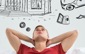 Un chico joven pensando cómo optimizar su sueldo para ahorrar todos los meses