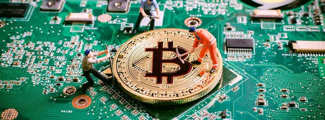 Figuras pequeñas de mineros cavando en una moneda de bitcoin sobre una placa de circuito