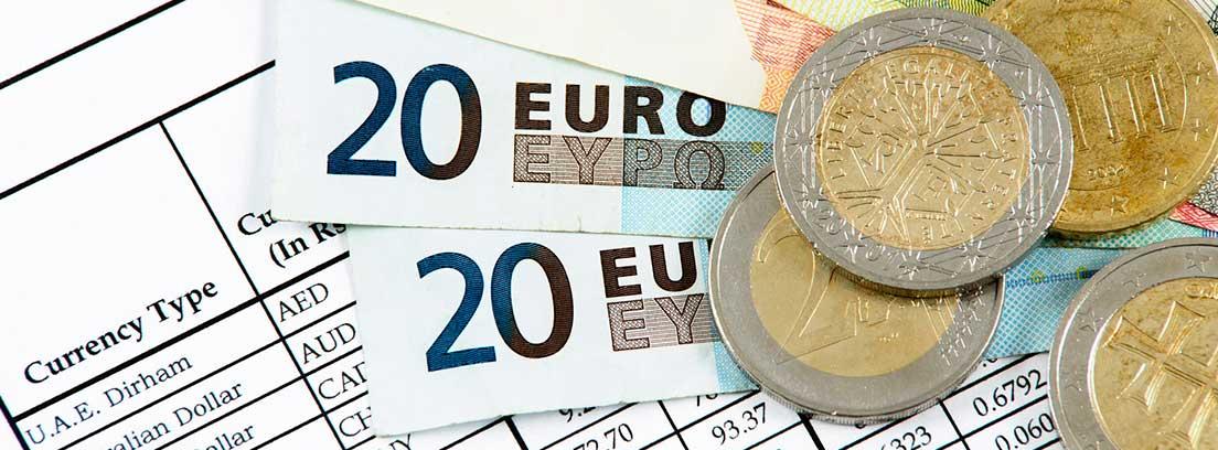Monedas y billetes de Euro sobre una hoja en la que están impresos los diferentes precios de las monedas del mundo