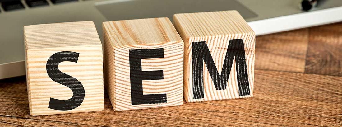 Cubos de madera que forman la palabra SEM