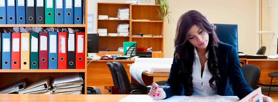 Mujer sentada leyendo el periódico en una oficina