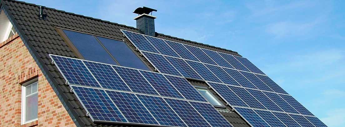Casa con paneles fotovoltaicos en el tejado
