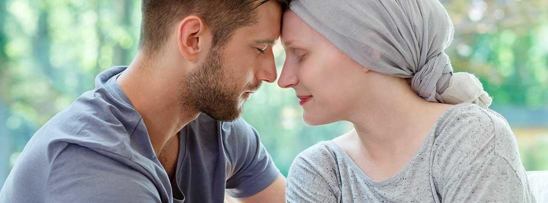 Hombre y mujer con pañuelo en la cabeza abrazados
