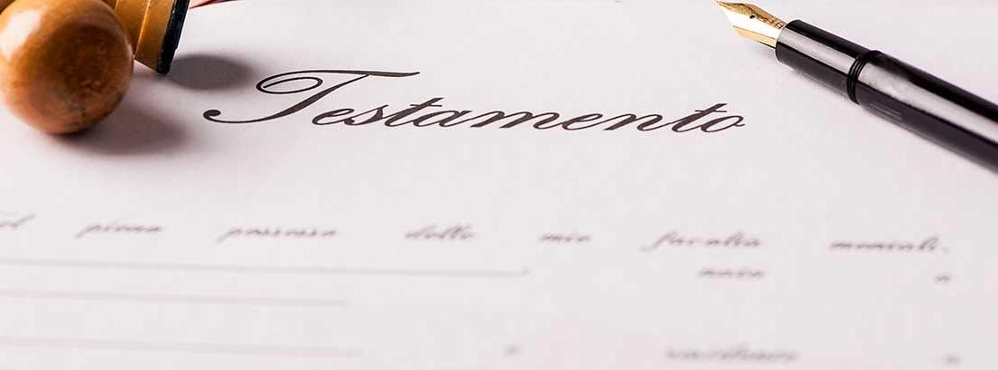Papel con la palabra testamento. Sobre él dos sellos y una pluma