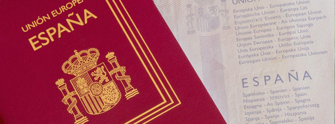 Un pasaporte español cerrado sobre otro abierto por una de sus páginas