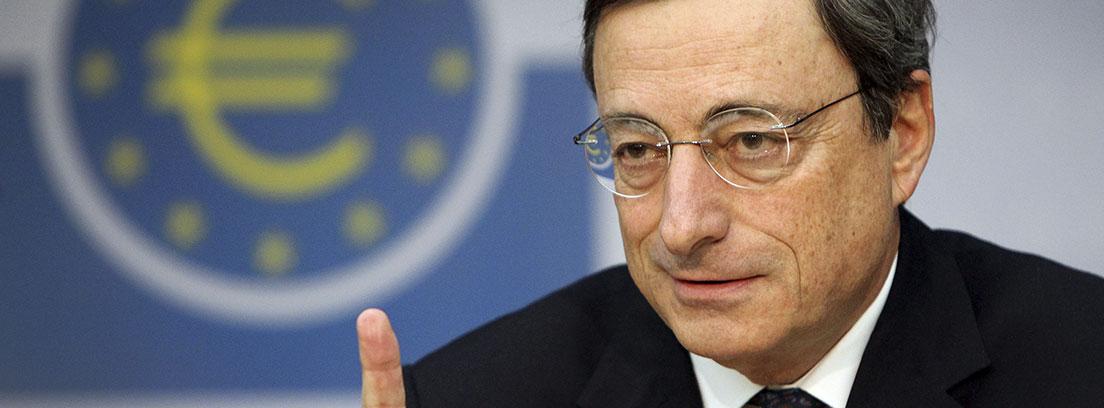 Mario Draghi, presidente del Banco Central Europeo, con el logo del organismo que dirige