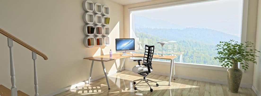 Habitación con suelo de madera y gran ventanal con vistas a monte verde