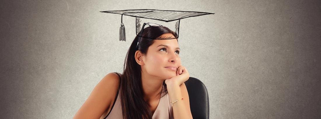 Mujer delante de una mesa llena de libros con la cabeza apoyada en la mano y un birrete dibujado