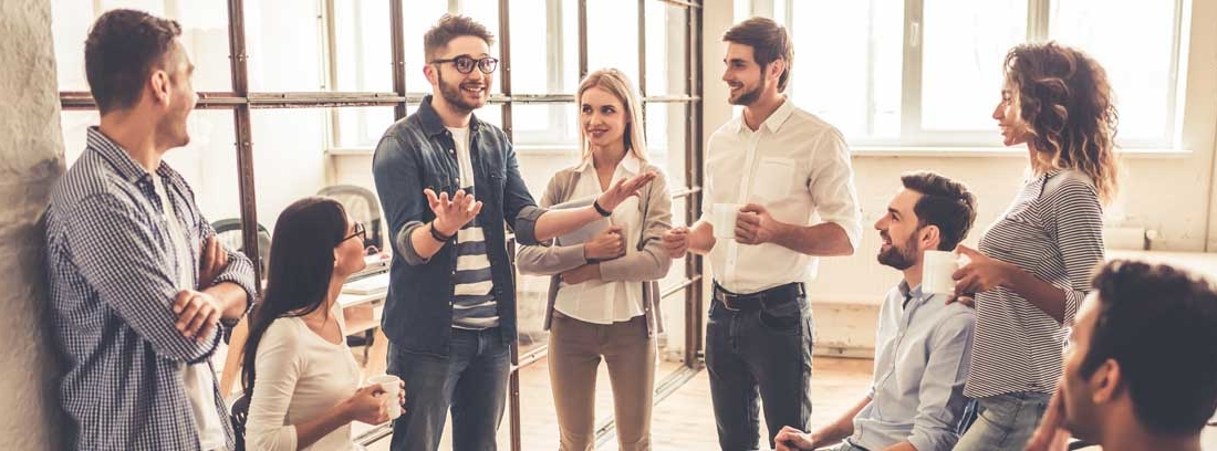 Miembros de un equipo de trabajo hablando distendidamente