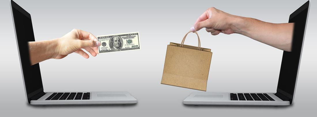 Una mano con tarjeta de pago sale de una pantalla frente a otra con una bolsa de papel