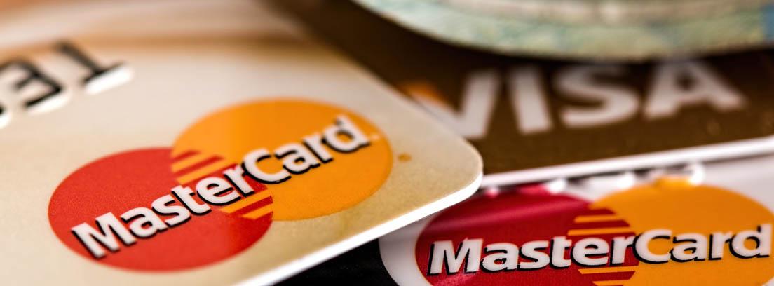 Varias tarjetas bancarias de Visa y MasterCard
