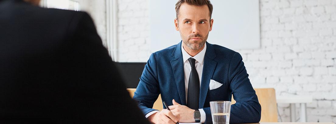 Personal de recursos humanos realizando una entrevista de trabajo