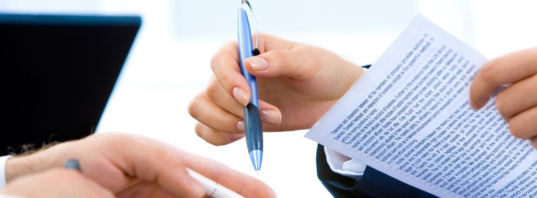 Personas repasando los aspectos importantes del contrato de trabajo