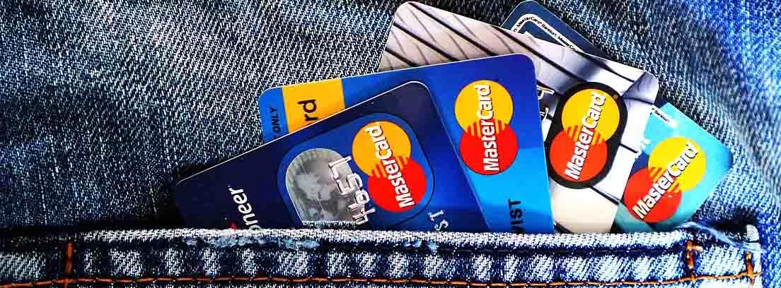 Bolsillo de pantalón vaquero con varias tarjetas MasterCard asomando