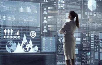 Mujer frente a una pantalla grande con gráficos