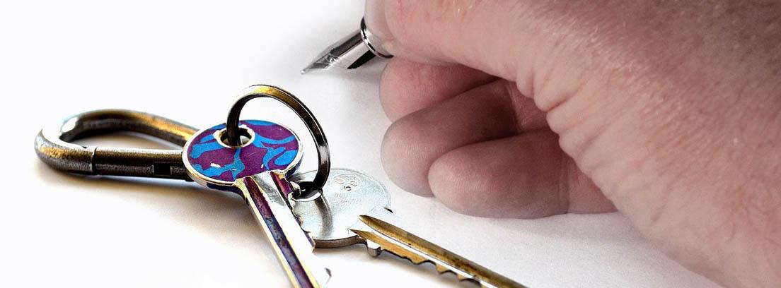 persona escribiendo sobre un contrato de alquiler de vivienda