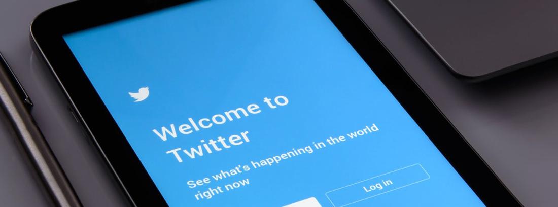 Pantalla de tableta con fondo azul y letras blancas con logo twitter