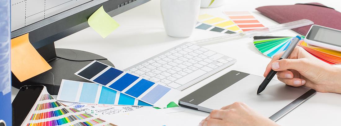 Diseñador grafico creando logo de una empresa