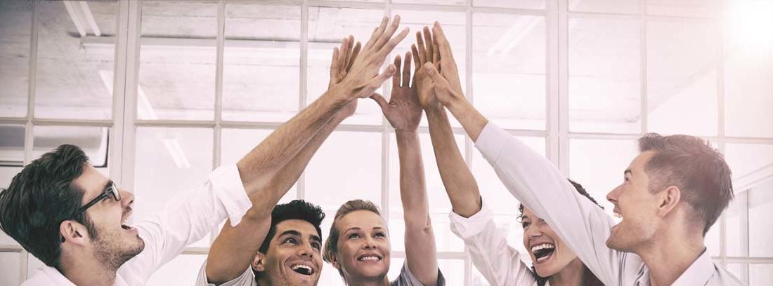 Empleados juntando sus manos