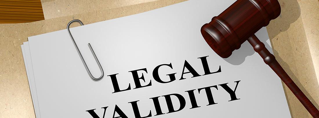 """Papel en el que se lee """"Legal Validity"""", con un mazo de juez"""