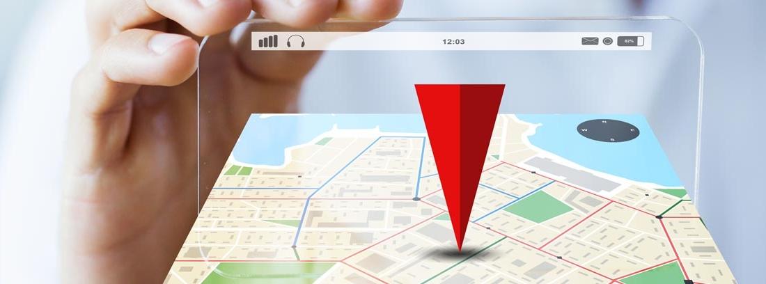 Mano sosteniendo un mapa virtual de posicionamiento