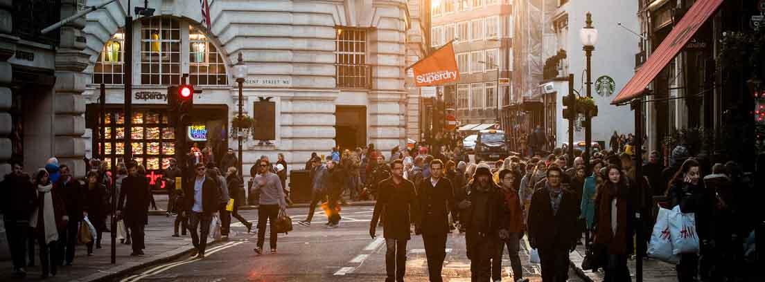 Calle comercial abarrotada de personas