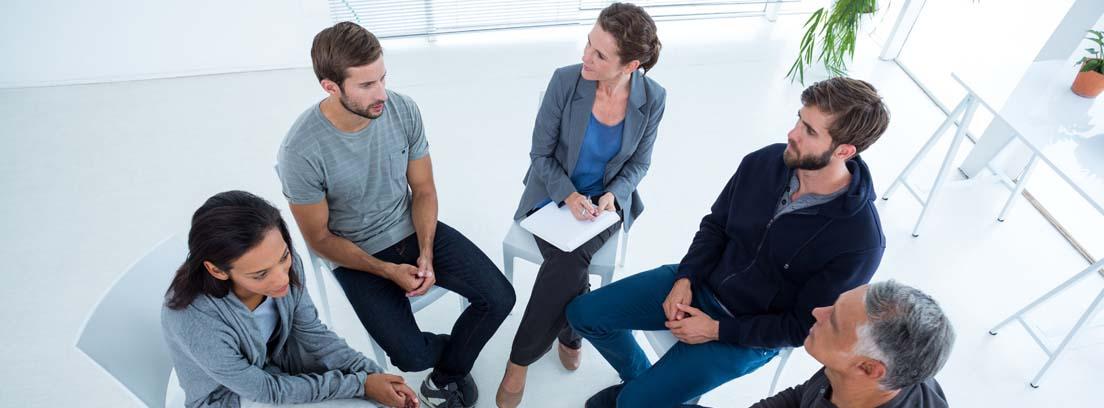 Grupo de empleados aplicando estrategias de comunicación interna