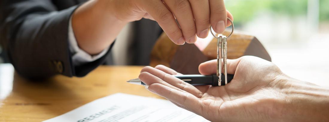 Entrega de las llaves de una vivienda tras la firma del contrato