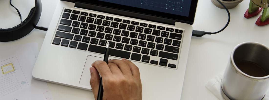 Una mano sobre un ordenador en el que se muestra una imagen de un candado