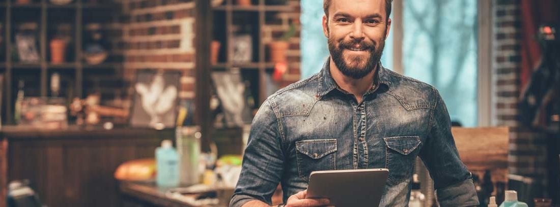 Hombre con una Tablet en la mano consultando IRPF