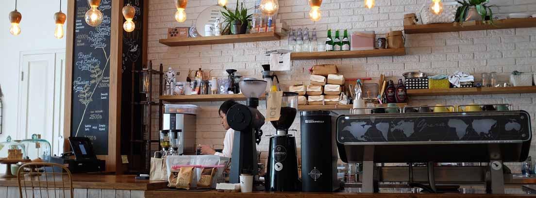Barra de cafetería con una camarera