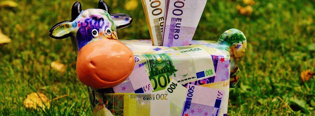Hucha con forma de vaca realizada con billetes de euro