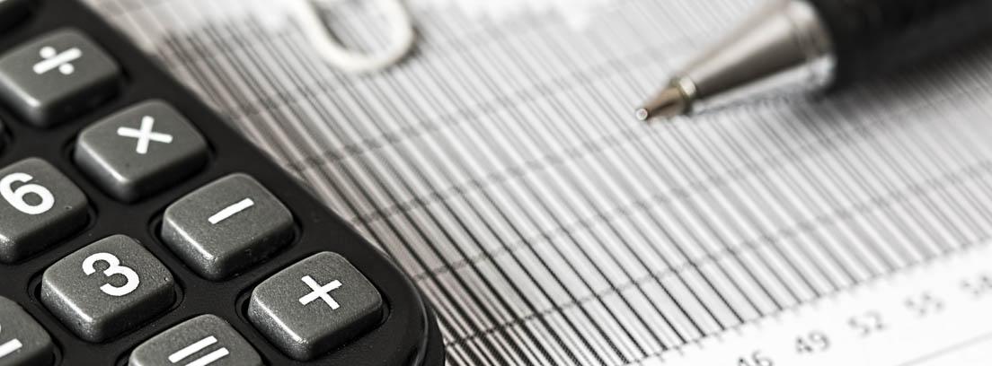 Papel con números, bolígrafo y calculadora