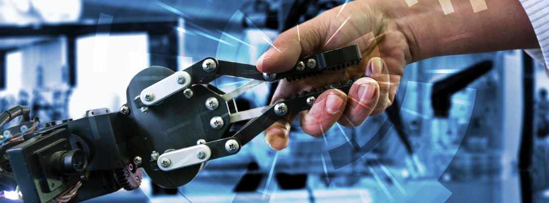 Persona agarrando una mano robótica