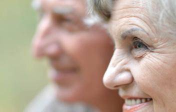 Primer plano del perfil de una mujer y un hombre de avanzada edad