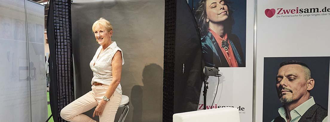 Mujer sentada en una agencia de citas en la feria para mayores Die 66